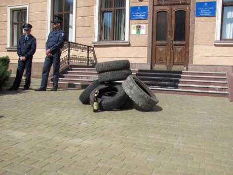 Тернопільську міськраду пікетували активісти та підприємці (фото, відео)