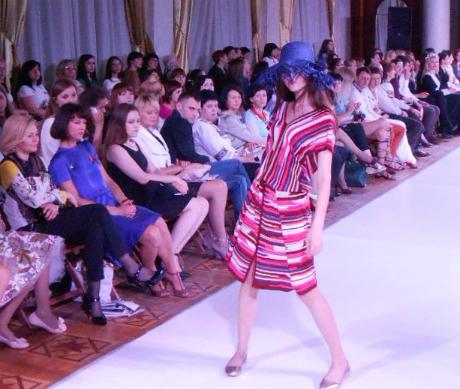 На Днях моди у Тернополі – дівчата у балаклавах і купальниках з пір'я