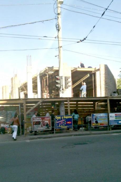 Біля залізничного вокзалу Тернополя тривають будівництво та стихійна торгівля (фото)