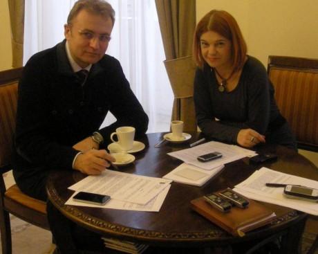 Оксана Шкода за горнятком кави із мером Львова Садовим