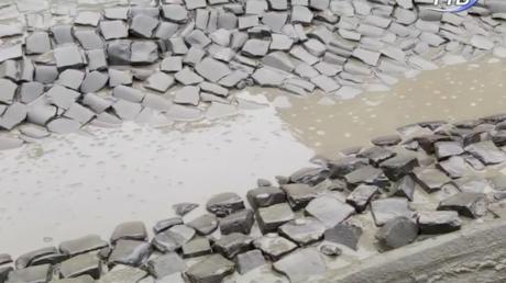 Гроші в яму: вибоїни на трасі міжнародного значення латають глиною