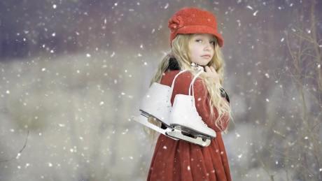 zima-glaza-vzgliad-sneg-vetki-litso-poza-park-fon-nastroenie