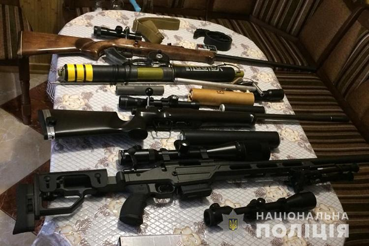 На Тернопільщині під час обшуку у монаха УПЦ МП знайшли вогнепальну зброю та вибухівку