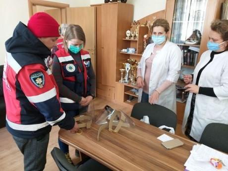 Винахідники з Тернополя виготовлюють захисні щитки для медиків та просять допомогти з придбанням матеріалу
