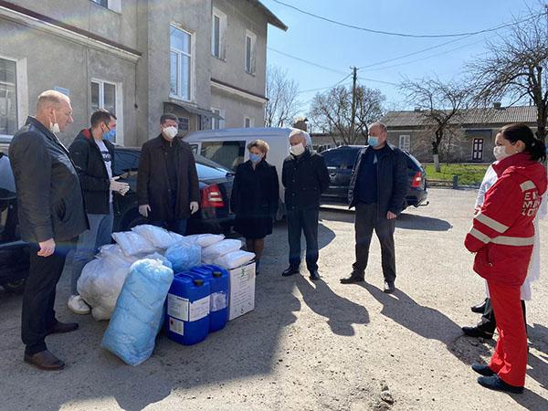Лікарі в районах Тернопільщини отримали комплекти індивідуального захисту від команди народного депутата Івана Чайківського та місцевих волонтерів